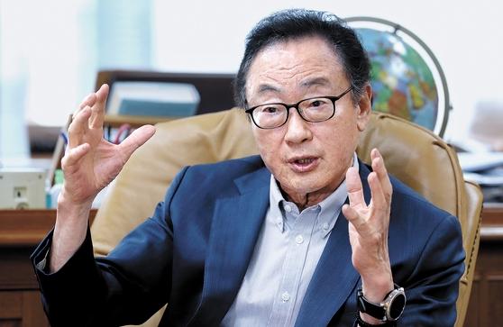 世界経済研究院の司空壱(サゴン・イル)理事長は「政府は心を開いて各界の意見を受け入れ、経済政策方向を再確立しなければいけない」とし「まだ任期が3年半も残っているため、成功した政府になることを望む」と述べた。