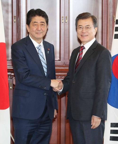 韓国の文在寅大統領が昨年9月7日、ロシア・ウラジオストク極東連邦大学で日本の安倍晋三首相と韓日首脳会談前に握手している。(写真=中央フォト)