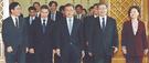 【写真】文大統領、新任閣僚と歓談