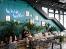 人気観光スポット・カロスキル近くに位置する「hi hey hello!」は、韓国人アート作家の作品を鑑賞、購入できる韓国カフェ。