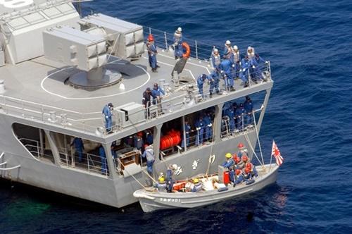 韓日海軍共同捜索および救助訓練に参加した日本海上自衛隊の護衛艦「うみぎり」の乗員が救命ボートを設置している。海上自衛隊の救命ボートには旭日旗が掲げられている。(写真=中央フォト)