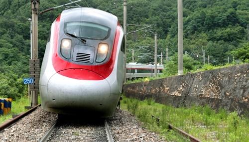 ティルティング列車は曲線レールの内側に8度ほど傾いて高速で走行できる。(中央フォト)