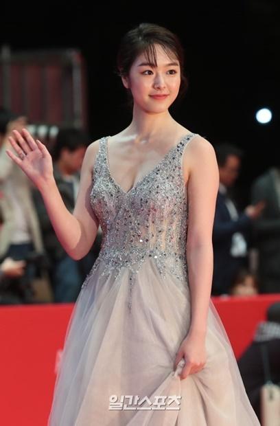 4日午後、第23回釜山国際映画祭(BIFF)の開幕式レッドカーペット行事に参加し、ポーズを取っている女優の唐田えりか。