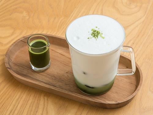 済州島(チェジュド)の豊かな自然を主成分とするコスメブランドらしく、「グリーンティーラテ」など済州島産の緑茶を使用したこだわりのドリンクメニューが揃っています。