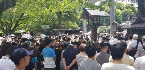 8月15日、靖国神社に詰めかけた参拝客。