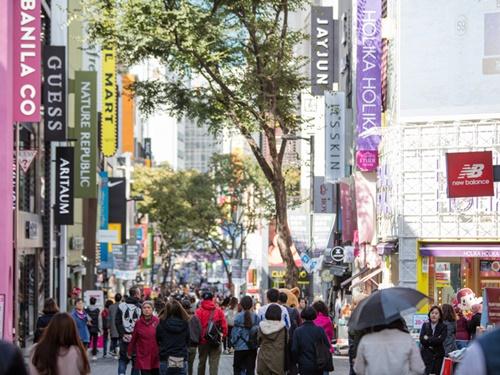 今週から最低気温が一桁になり、ぐっと気温が下がったソウル。観光客やショッピング客で賑わう明洞を歩く人の服装をチェックしてきました。