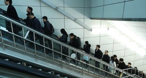 出勤時間の会社員の姿(写真=中央フォト)