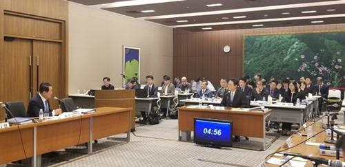 18日に開かれた国会外交統一委員会の駐日大使館国政監査で李洙勲駐日大使が議員の質問に答えている。