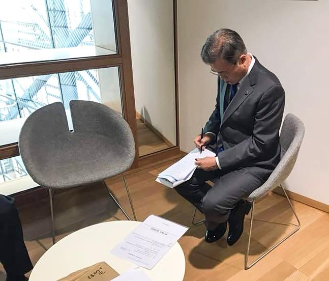 ASEM首脳団体記念撮影から文在寅大統領が抜けた理由を青瓦台が写真を公開して説明した。写真はベルギー・ブリュッセル欧州連合理事会本部内のヨーロッパビル9階の控え室で首脳の記念撮影を待ちながら演説文を検討する文大統領の姿。(写真=青瓦台)