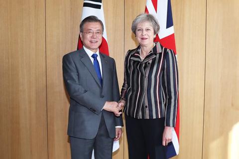 英国のメイ首相と握手する文在寅大統領(写真=青瓦台写真記者団)