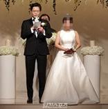 俳優ユ・ジェミョン、12歳年の差恋人と結婚