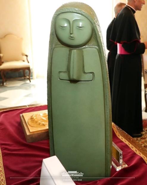 文在寅大統領が18日(現地時間)にフランシスコ法王に贈ったチェ・ジョンテ氏の聖母マリア像。(写真=青瓦台フェイスブック)