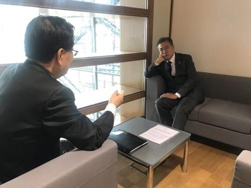 ASEM会議場の外で鄭義溶(チョン・ウィヨン)安保室長の話を聞いている文在寅(ムン・ジェイン)大統領。(写真=青瓦台)
