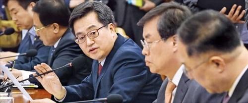 金東ヨン副首相兼企画財政部長官(右がら3人目)が24日に政府ソウル庁舎で開かれた経済関係閣僚会議で発言している。金副首相は年末までに短期公共雇用5万9000件を作る内容の「最近の雇用・経済状況に基づく革新成長と雇用創出支援案」を発表した。