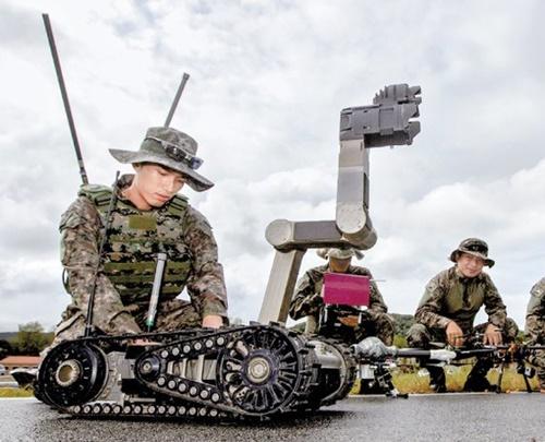 ドローンボット戦闘団の将兵がドローンとロボットの運用技術を学んでいる。(写真=陸軍提供)