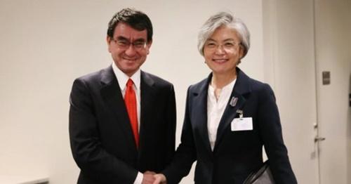 韓国の康京和外交部長官(右)と日本の河野太郎外相(左)が今年9月、米ニューヨークで開かれた会談に先立ち握手をしている。(写真提供=韓国外交部)