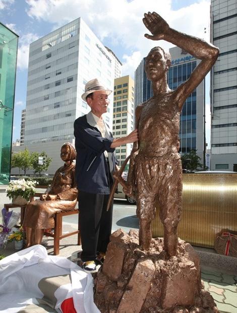 昨年、釜山東区の日本総領事館前の平和の少女像で開かれた強制徴用労働者像設置推進記者会見に参加した強制徴用被害者。(写真=中央フォト)