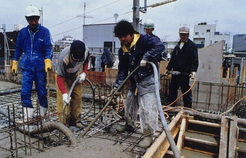 日本建設業種でそれぞれ異なる工程と作業を共にできる「多能工」の需要が増えている。日本のある建設現場でコンクリート作業をする写真(中央フォト)