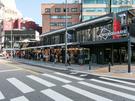 プチプラショッピングが楽しめる梨大(イデ)とソウルきっての学生街新村(シンチョン)。その間に位置する京義・中央(キョンイ・チュンアン)線新村駅の目の前に、新しい文化空間「BOXQUARE」がオープンしました!