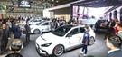 2日に開幕したパリモーターショー会場で観覧客が現代自動車ブースで世界で初めて公開された「i30ファーストバックN」を見ている。現代自動車の高性能ラインナップである「N」シリーズ3番目のモデルで、年末から欧州市場で本格販売される。(写真=現代自動車)