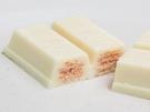 中に餅は入っていませんが、餅をイメージしたホワイトチョコの中には、深みのある小豆の香りと、イチゴの甘酸っぱさが楽しめるクリームが入っています。