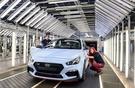 現代車チェコ工場で生産された高性能自動車「i30N」を職員が最終点検している。(写真現代車)
