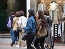 レオパード柄の人気の秘密はダークカラーに偏りがちな秋冬の装いを華やかにしてくれること。