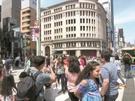 日曜日の6日、銀座中央通りの「歩行者天国」で写真を撮影している外国人観光客。