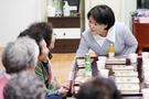 金正淑(キム・ジョンスク)大統領夫人が老人の日だった今月2日午後、ソウル鍾路区(チョンノグ)のサムチョン敬老堂を訪問して高齢者と言葉を交わしている。(写真提供=青瓦台)
