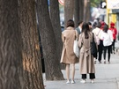 秋コーデの定番といえばトレンチコート!朝晩の寒さ対策にトレンチコートやオーバーコートを羽織る人が早くもたくさん。