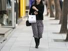スカートスタイルも、タイツや厚めのストッキングを履いている人が多く見られます。