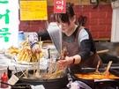 屋台グルメで有名な広蔵市場(クァンジャンシジャン)の「うまいもん通り」には、リーズナブルで美味しい韓国グルメを求めて、国内外からたくさんの観光客が訪れます。