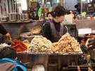 韓国で餃子(マンドゥ)といえば、蒸し餃子が定番。山のように積み上げられたマンドゥは、注文が入ってから調理してくれるので、アツアツの出来立てを頂けます。