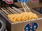 韓国ドラマや映画でよく見かける、串刺しにされた韓国おでん。熱いスープに直前までつかっていた練り物を、優しい味付けのスープと一緒に食べれば、体の芯までポカポカに。