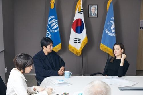 国連難民高等弁務官事務所(UNHCR)の特使であるアンジェリーナ・ジョリーが3日、ソウル市中区国連難民高等弁務官事務所韓国代表部ソウル事務所でUNHCR親善大使である俳優チョン・ウソンに会って世界難民現状と今年5月済州道に到着したイエメン難民申請者などに対する韓国政府の処遇などについて話を交わしている。(写真=UNHCR)