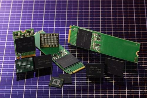 SKハイニックスが開発した96層・512ギガビット4D NAND型フラッシュメモリーとソリューション製品。(写真=SKハイニックス)