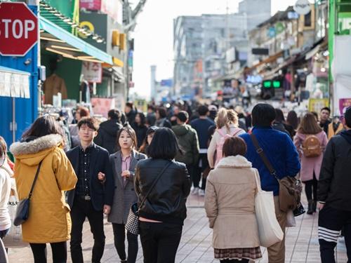 日に日に冷え込みが厳しくなるソウル、今朝は最低気温8度をマーク。弘大(ホンデ)を行き交うソウルっ子のファッションで、11月の服装をチェックしてみましょう!