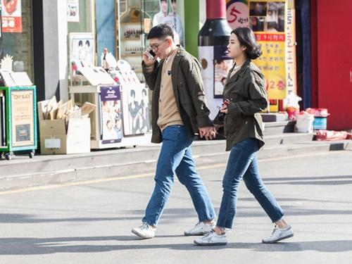 カップルルックの恋人たちも、カーディガンで防寒しています。素材はすでに、ウールや裏起毛といった真冬アイテムを着用。