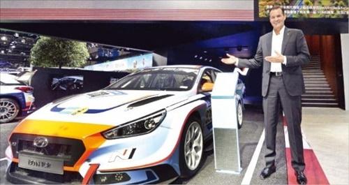 トーマス・シェメラ現代自動車商品戦略本部長(副社長)が6日に中国・上海で開かれた「第1回中国国際輸入博覧会」で高性能ブランドである「N」を紹介している。(写真=現代自動車)