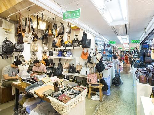 ブログやSNSで見かける「N.P.H」とは東大門(トンデムン)ファッションビルのひとつ「南平和市場(ナムピョンファシジャン)」の略称のこと。定番からトレンドまで、韓国デザインのファッション小物が集まる卸ビルです。