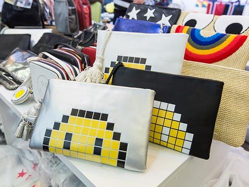 人気はなんといってもバッグ。通勤や通学に適したカッチリとしたバッグから、ポップなデザインが印象的なクラッチバッグまで幅広い取り扱いが魅力。