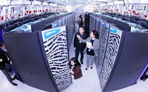 韓国科学技術情報研究院(KISTI)国家スーパーコンピューター5号機開通式および導入30周年記念式を翌日に控えた6日午後、大田のKISTIでチョ・ミンス国家スーパーコンピューティングセンター長と研究員がスーパーコンピューター5号機の作動状態を点検している。
