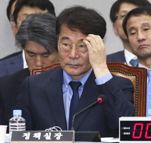 張夏成(チャン・ハソン)青瓦台政策室長が6日、国政監査で議員の質問を聞いている。張室長は「所得主導成長が全体労働者の75%にのぼる賃金勤労者には相当な成果があった」と述べた。