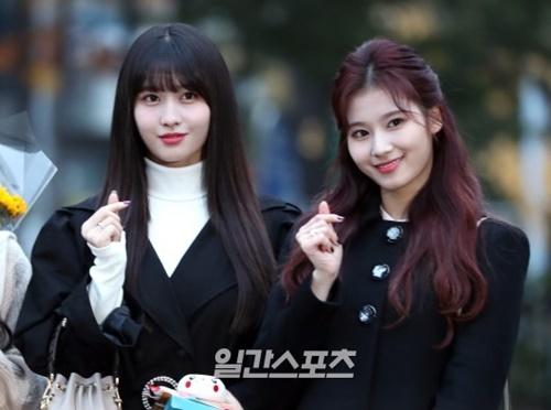 16日午前、ソウル汝矣島KBS新館公開ホールで開かれた『ミュージックバンク』のリハーサルに参加したTWICEのモモとサナ