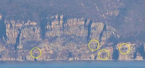 14日午前、ペクリョン島の沈聴閣から眺めた北側長山串の坑道陣地。一部は依然として砲門が開いたままになっている。国防部は「軍事合意書の文面をそのまま理解してほしい」とし「9・19軍事合意書に基づき海岸砲の砲門はすべて閉鎖された」と説明した。
