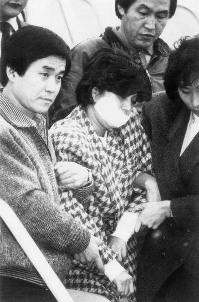1987年11月15日、爆破犯で指定された金賢姫が強制連行される場面。(写真=中央フォト)