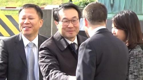 韓国外交部韓半島平和交渉本部長の李度勲氏が20日午後、韓米ワーキンググループ第1回会議に出席するために国務省庁舎に到着して挨拶をしている。