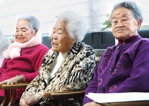 1月京畿道広州市退村面の旧日本軍慰安婦被害者が住んでいる「ナムヌの家」で李玉善さんが韓日慰安婦合意の処理方向の発表を視聴した後、発言している。