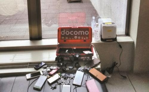 9月の北海道地震当時に通信会社が貸与した充電器に携帯電話がつながれている。