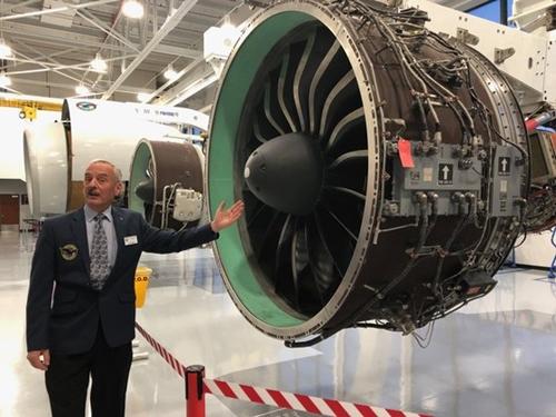 米コネチカット州ハートフォードのP&W本社内の航空エンジン博物館に展示されたGTFエンジンについてP&W職員が説明している。